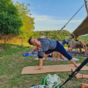 Goldi macht Yoga auf dem Samsara Festival in Ungarn