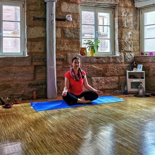 Goldi im Yogastudio Matsyendra
